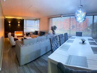 Una sala de estar llena de muebles y una ventana en Apartamento en venta en Ciudad Salitre Occidental, 240mt