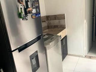 Un refrigerador congelador blanco sentado dentro de una cocina en Venta Casa en Rionegro, sector carretero
