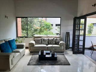 Una sala de estar llena de muebles y una gran ventana en VENTA APARTAMENTO EN EL POBLADO POR EL SECTOR DEL CLUB CAMPESTRE