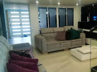 Una sala de estar llena de muebles y una televisión de pantalla plana en Casa En Venta En Bogota Castilla