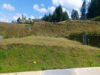 Una vista de un campo con una montaña en el fondo en Lote en Venta EL RETIRO