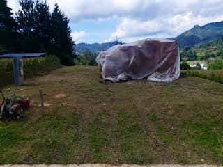 Una vaca puesta sobre la hierba en el campo en Lote en venta en El Retiro de 155mts