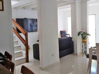 Una sala de estar llena de muebles y una televisión de pantalla plana en Casa en Venta CALASANZ