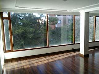 Una gran sala de estar con un gran ventanal en Apartamento En Venta En Bogota Altos De Sotileza, con 3 habitaciones.