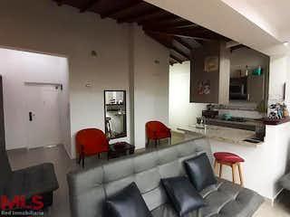 Una sala de estar llena de muebles y una gran ventana en Estambul
