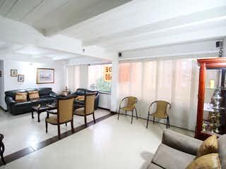 Una sala de estar llena de muebles y una televisión de pantalla plana en Apartamento en venta en Otra Parte, 123m²
