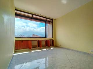 Una habitación con una cama y una ventana en Apartamento en venta en el Barrio Suramericana Edificio El Portón