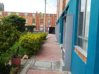 Una calle con un edificio y un edificio en Casa