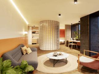 Una sala de estar llena de muebles y una gran ventana en Heiss Hotel
