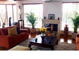 Una sala de estar llena de muebles y una chimenea en VENTA DE CASA EN BOSQUE DE PINOS