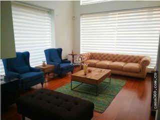 Una sala de estar llena de muebles y una televisión de pantalla plana en VENTA CASA SOTILEZA