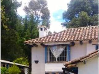 Un coche estacionado delante de una casa en VENTA CASA EN CASABLANCA SUBA