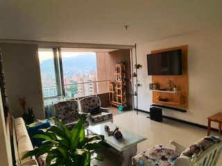 Una sala de estar llena de muebles y una televisión de pantalla plana en Apartamento en venta en San Germán de dos recamaras