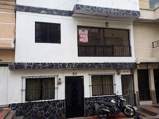 Una motocicleta estacionada delante de un edificio en Apartamento en venta en Barrio Villa Hermosa de 100m²