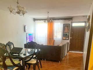Una sala de estar llena de muebles de madera en Casa en venta en El Salvador, 140mt con solar