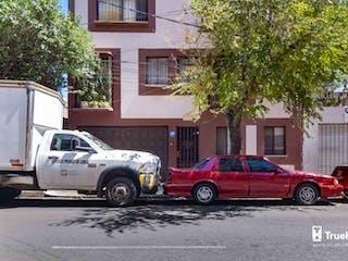 Un camión está estacionado delante de una casa en Casa para remodelar en venta Portales Sur