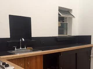 Una cocina con lavabo y microondas en Casa en venta en Barrio Teusaquillo, de 250mtrs2