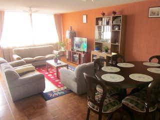 Una sala de estar llena de muebles y una chimenea en Casa en venta en San Cristóbal, de 350mtrs2
