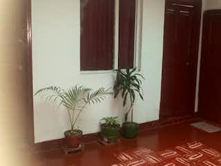Una planta en maceta sentada encima de la mesa en Casa en venta en Normandía, de 145mtrs2