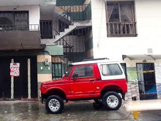 Un camión rojo estacionado delante de un edificio en Casa en venta en Manrique Central No. 2 de 4 alcoba