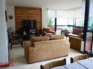 Una sala de estar llena de muebles y una chimenea en Santorini del Campestre