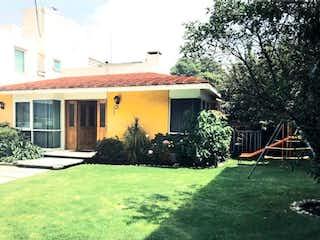 Una casa con una boca de incendios delante de ella en Casa en venta en calle Cerro Azul  San Jerónimo en Magdalena Contreras