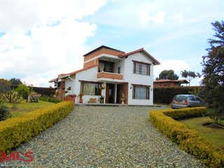 Una casa que tiene una casa en el medio en Bello San Felix