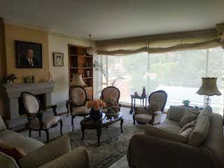 Una sala de estar llena de muebles y una chimenea en Apartamento En Venta En Bogota Santa Ana Oriental