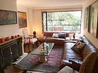 Una sala de estar llena de muebles y una chimenea en Apartaestudio En Venta En Bogota Santa Ana Oriental