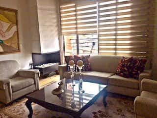Una sala de estar llena de muebles y una gran ventana en Apartamento En Venta En Bogota Santa Paula