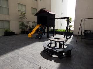 Un banco de madera sentado delante de un edificio en DEPTO. VENTA O RENTA EN CENTEOTL AZCAPOTZALCO, CDMX, MXICO.