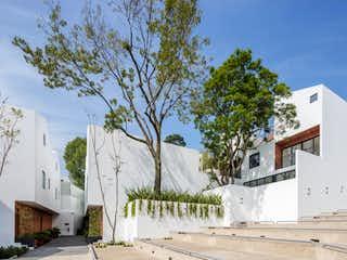 Una casa con un árbol y una casa en CAÑADA SAN FRANCISCO, CDMX, MÉXICO