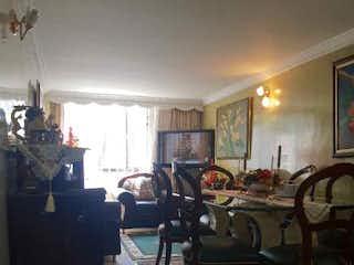 Una habitación llena de muebles y una ventana en Vendo Apartamento Los Pinos, Bogotá