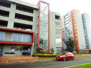 Un coche rojo estacionado delante de un edificio en APARTAMENTO CASTILLA CORUA