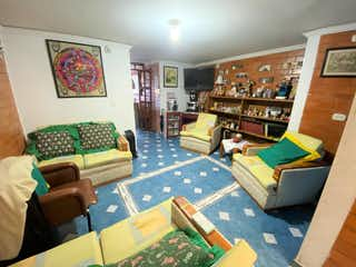 Una sala de estar llena de muebles y una ventana en Venta Casa Nueva Castilla