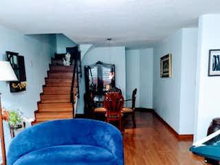 Un sofá azul sentado en una sala de estar en Apartamento en venta en El Nogal, de 103mtrs2