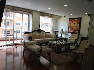 Una sala de estar llena de muebles y una gran ventana en Apartamento en venta en Ciudad Salitre Oriental de 3 alcoba
