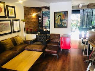 Una sala de estar llena de muebles y una televisión de pantalla plana en Casa en Venta POBLADO