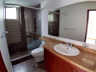 Un cuarto de baño con lavabo y ducha en Apartamento en venta en San Patricio de 2 hab.