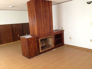 Una cocina con suelos de madera y armarios de madera en COLONIA DEL VALLE SUR
