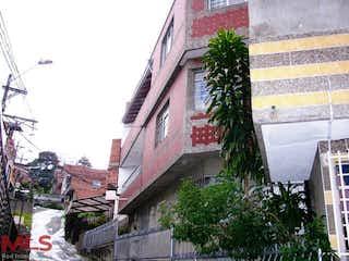 Un edificio de ladrillo rojo con un árbol en frente en No aplica