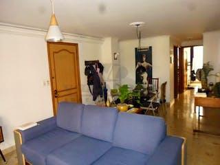 Una sala de estar llena de muebles y una chimenea en ED. CARACOLES