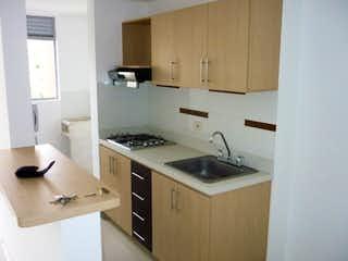 Una cocina con una estufa de fregadero y armarios en Venta de Apartamento en Suramérica - Itagüi