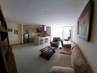 Una sala de estar llena de muebles y una televisión de pantalla plana en Apartamento en venta en Florida Nueva de tres habitaciones