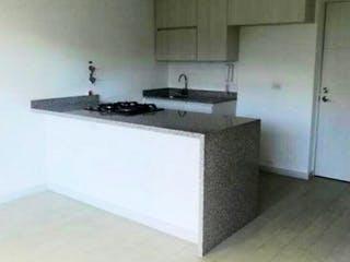 Un cuarto de baño con lavabo y un espejo en Venta de Apartamento en loma de los Bernal-Belén