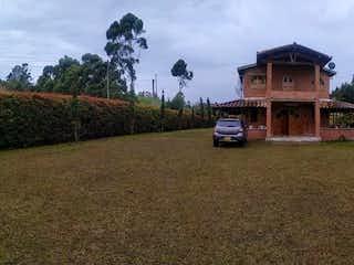 Un camión está estacionado delante de una casa en Venta de Finca en vereda Toldas - Guarne