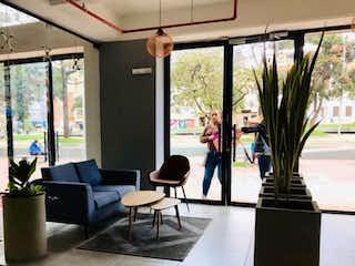 Una sala de estar llena de muebles y una planta en maceta en VENDO APARTAESTUDIO CHAPINERO