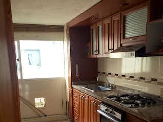 Una cocina con una estufa y un fregadero en Apartamento En Venta En Bogota La Pradera Norte-Usaquén