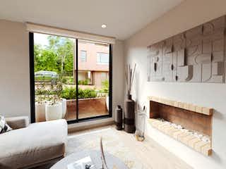 Una sala de estar llena de muebles y una gran ventana en Reverdecer