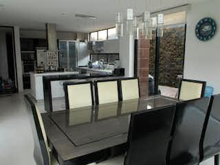 Una vista de una cocina y un comedor en Casa Condominio En Venta En Cota Villa Style House